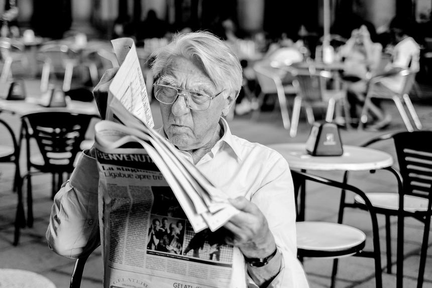 Photo de rue discrète d'une lecture de journal