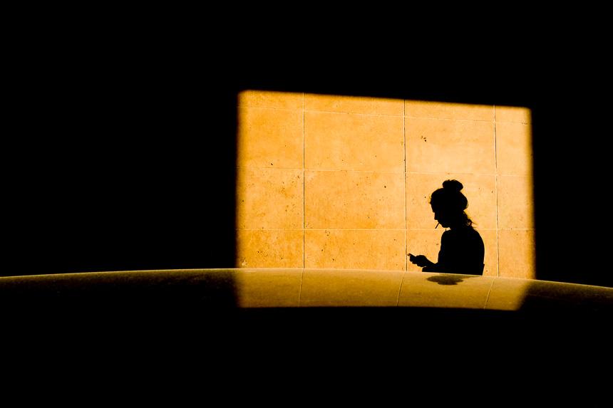 inspiration photo de rue, femme passant à la lumière du soir
