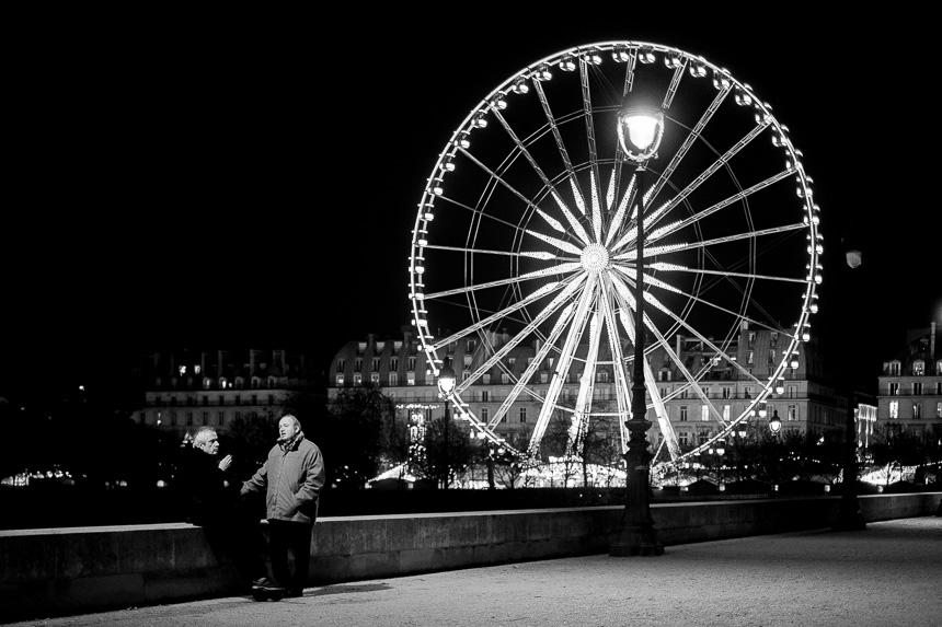 Photo de rue de nuit en noir et blanc à Paris au Jardin des Tuileries