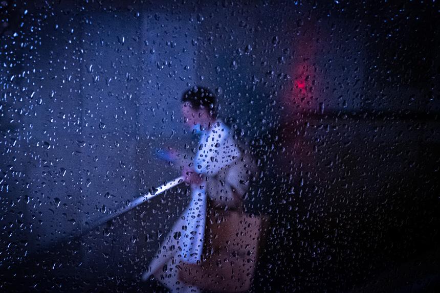 Photo de rue la nuit sous la pluie à Lyon Bellecour
