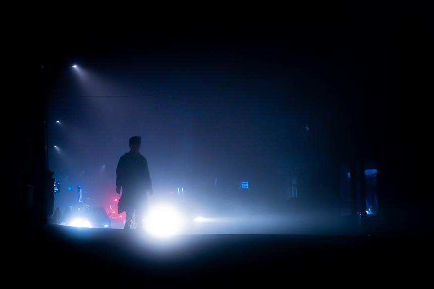 photo de rue nocturne par temps de brouillard à Lyon