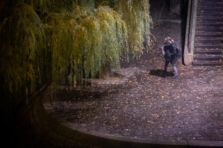 photo de rue de nuit, couples d'amoureux à Paris