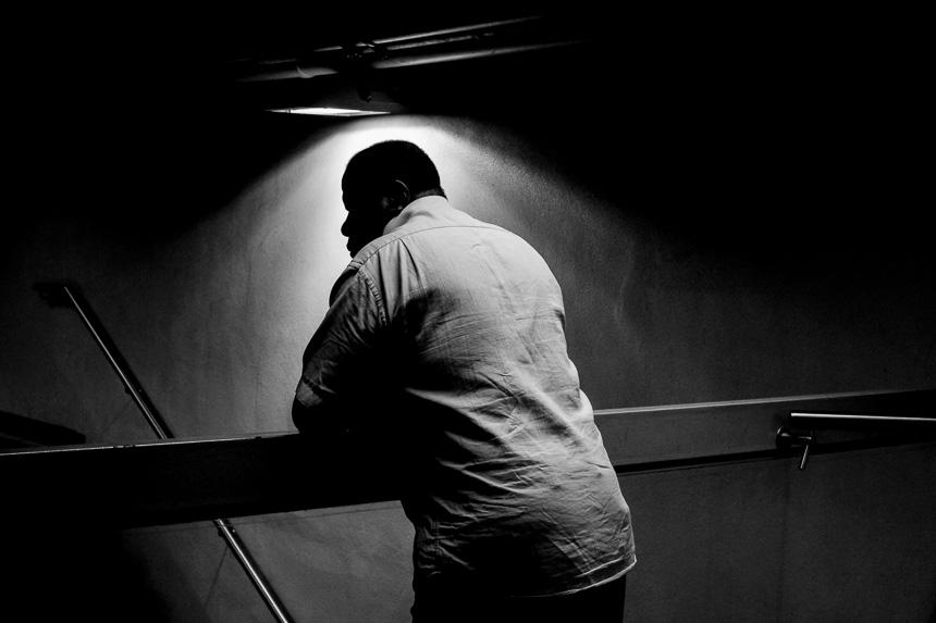 Homme pensif en noir et blanc à Lyon