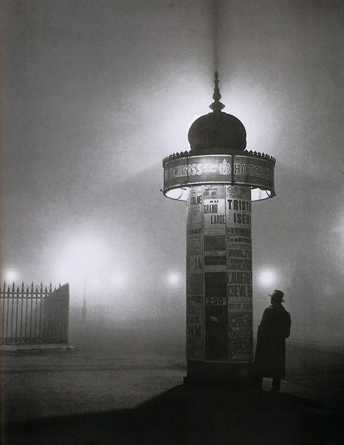 La colonne Morris par Brassaï