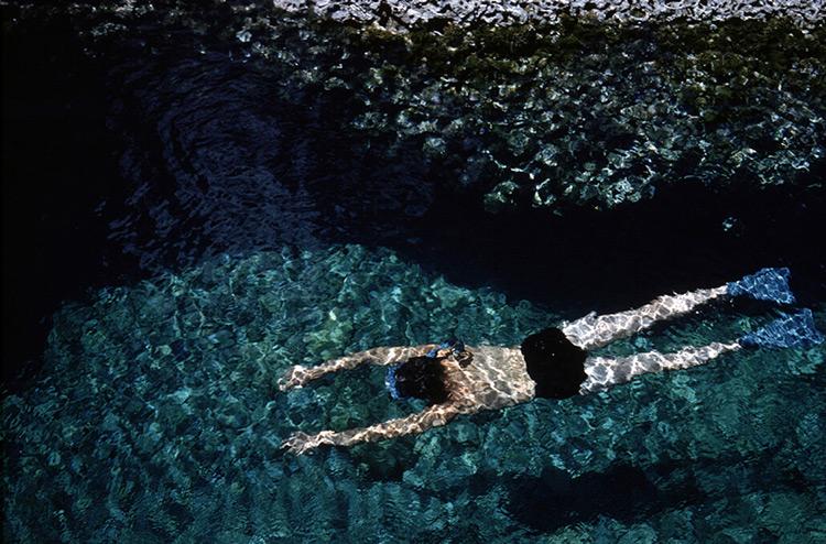 la poésie de ernst haas, relfets de la mer sur un nageur